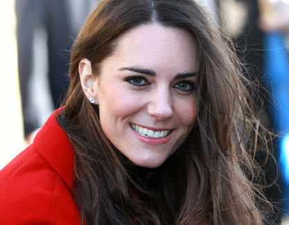 Kate Middleton accavalla le gambe